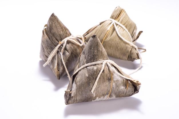 Zongzi lub ryż kluska na białym tle na białym tle na dragon boat festival, azjatyckie tradycyjne potrawy