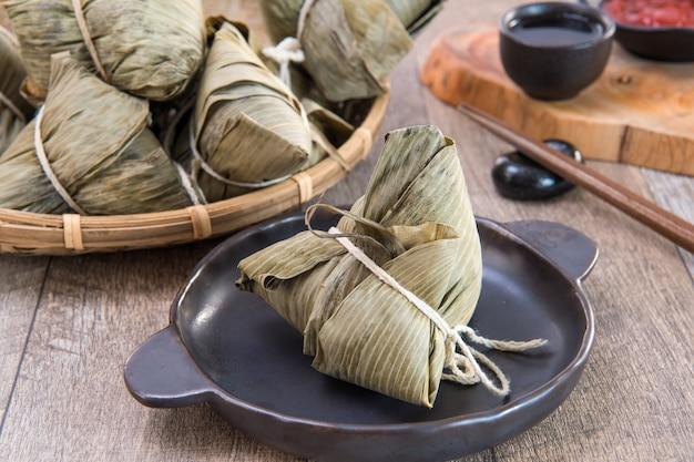 Zongzi lub ryżowe knedle na dragon boat festival, tradycyjna kuchnia azjatycka