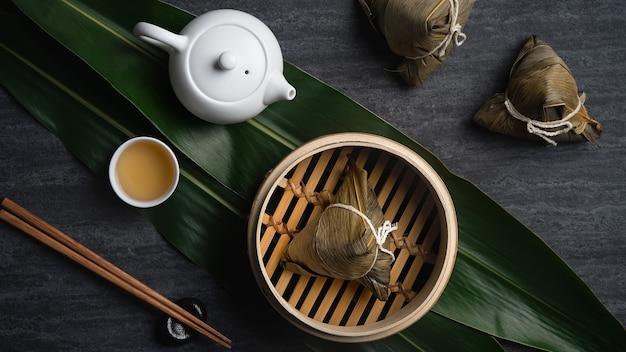 Zongzi ryż kluska widok z góry na chiński tradycyjny festiwal dragon boat (duanwu festival) na ciemnym czarnym tle łupków.