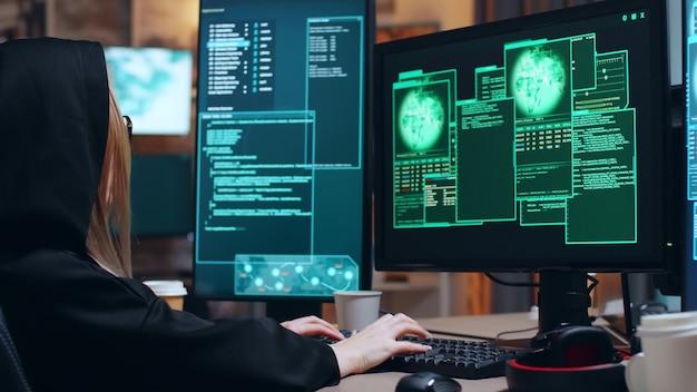 Zorganizowana hakerka i jej zespół kradną informacje z serwera rządowego za pomocą superkomputerów.