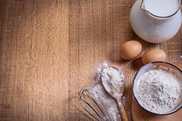 Zorganizowana mąka copyspace w misce i łyżce dzbanka corolla egss