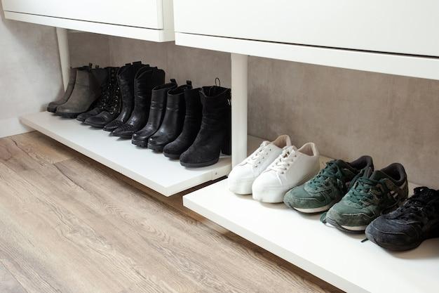Zorganizowana półka na buty z czarnymi stylowymi butami i butami