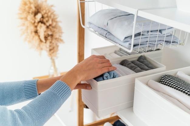 Zorganizowana szafka w domu
