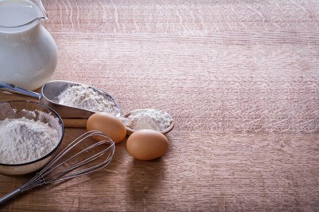 Zorganizowane copyspace jaja mąka corolla w łyżce miarka pitch pitch