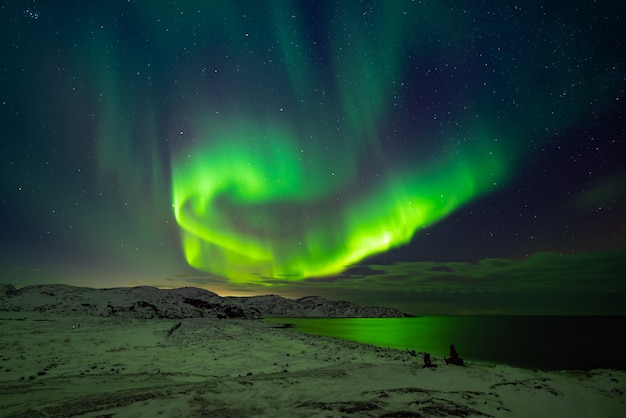 Zorza polarna (aurora borealis) na niebie nad morzem barentsa
