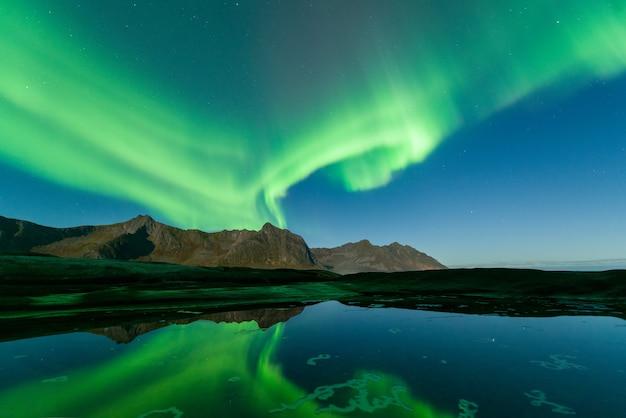 Zorza polarna aurora borealis w kirkjufell na islandii