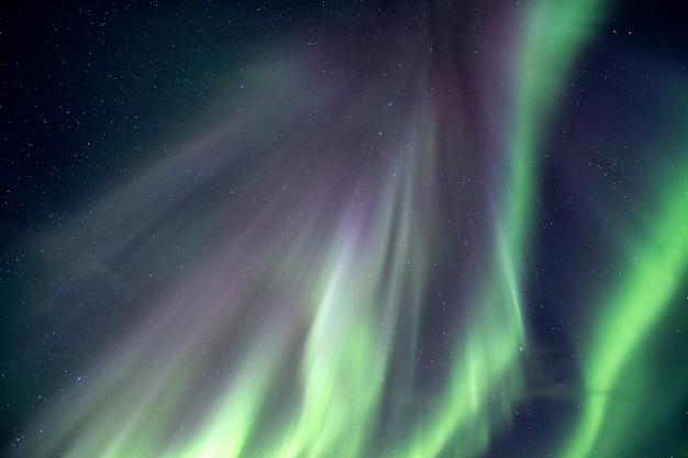 Zorza polarna, aurora borealis wybuch na nocnym niebie