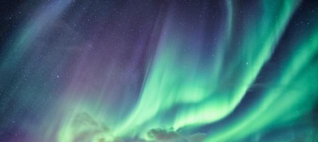 Zorza polarna, aurora borealis z gwiazdami na nocnym niebie na kole podbiegunowym