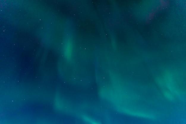 Zorza polarna na niebie w południowej islandii