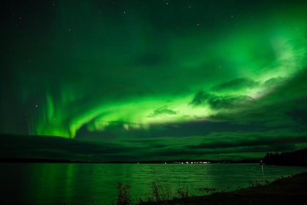 Zorza polarna nad jeziorem w szwecji