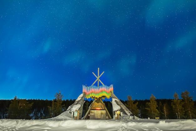 Zorza polarna nad punktem informacji turystycznej