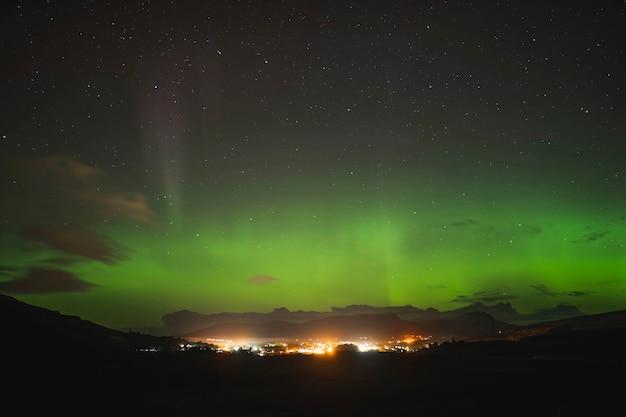 Zorza polarna nad wyspą skye w szkocji