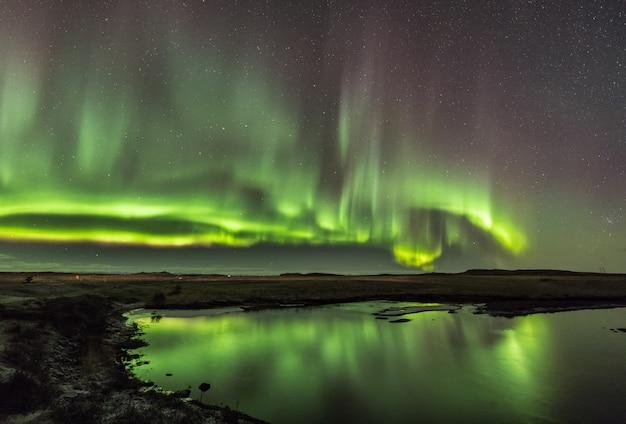 Zorza polarna w zimne noce islandzkie