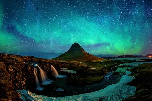 Zorza polarna, zorza polarna w kirkjufell na islandii. góry kirkjufell zimą.