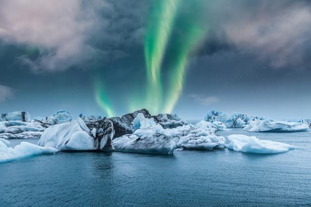 Zorza polarna zorzy polarnej nad jokulsarlon lodową lodową laguną w iceland
