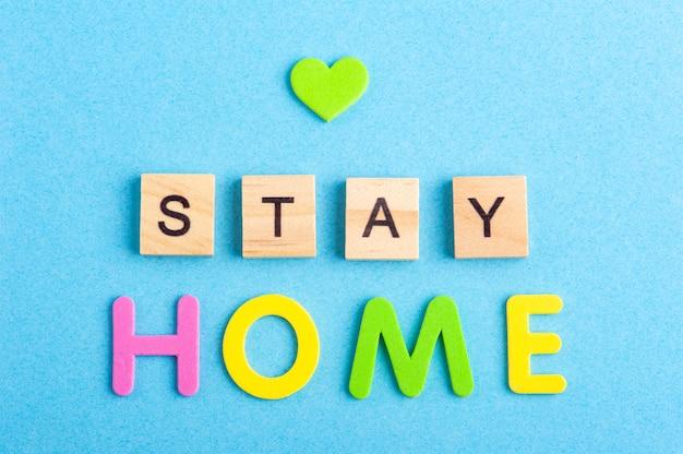 Zostań w domu znak na niebieskiej przestrzeni kopii