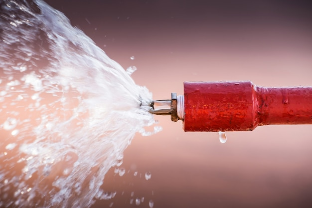 Zraszacz przeciwpożarowy i czerwona rura.