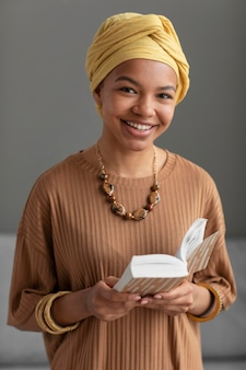 Zrelaksowana arabka czytająca książkę w domu