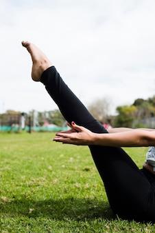 Zrelaksowana dziewczyna ćwiczy joga plenerowego