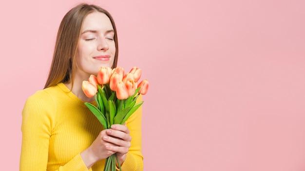 Zrelaksowana dziewczyna z kwiatami