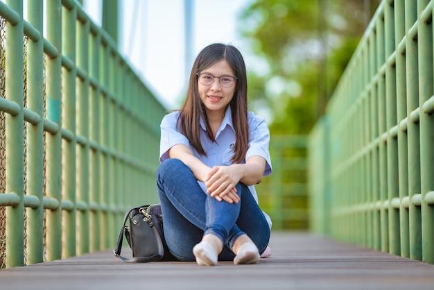 Zrelaksowana młoda kobieta asia przy parkiem