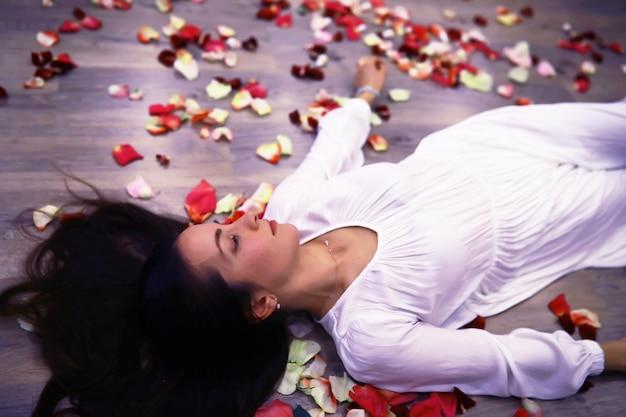 Zrelaksowana, spokojna, ładna młoda kobieta w domu, szczęśliwa, spokojna pani sen, ciesz się dobrym samopoczuciem, oddychając świeżym powietrzem w przytulnym domu