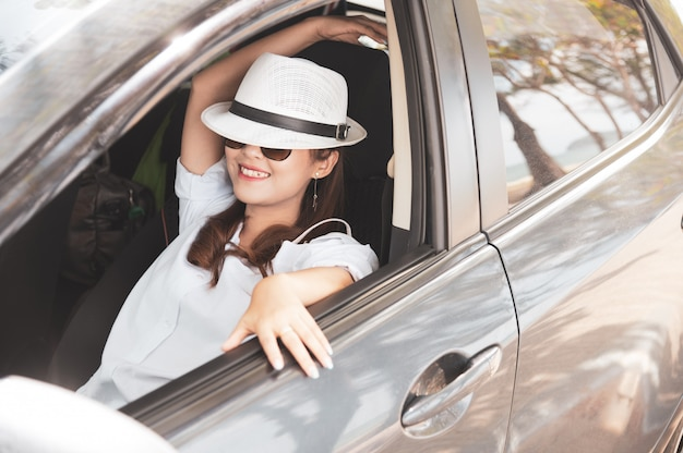Zrelaksowana szczęśliwa azjatycka kobieta na lata roadtrip podróży wakacje