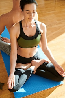 Zrelaksowani jogini pogrążeni w myślach podczas medytacji