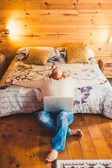 Zrelaksowani lub zestresowani ludzie kaukaska kobieta w domu lub pokoju hotelowym z laptopem komputerowym