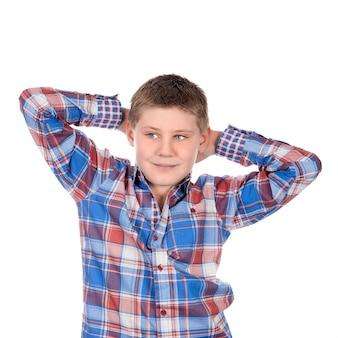 Zrelaksowany chłopiec moda na białej przestrzeni
