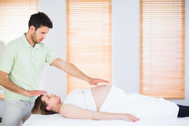 Zrelaksowany kobieta w ciąży coraz leczenia reiki