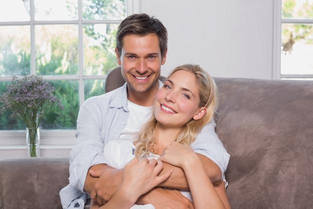 Zrelaksowany kochający mężczyzna obejmowania kobieta w żywym pokoju