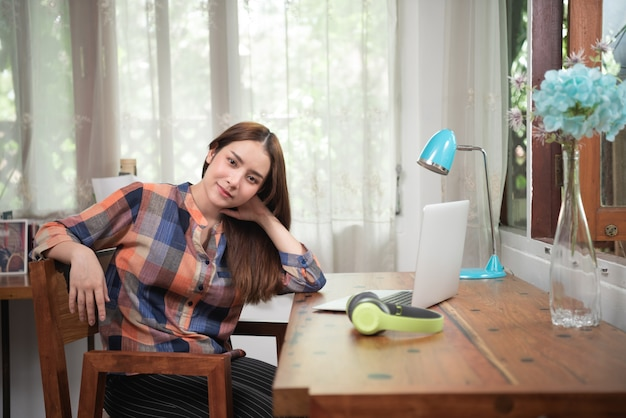 Zrelaksuj się kobieta z komputerem w salonie