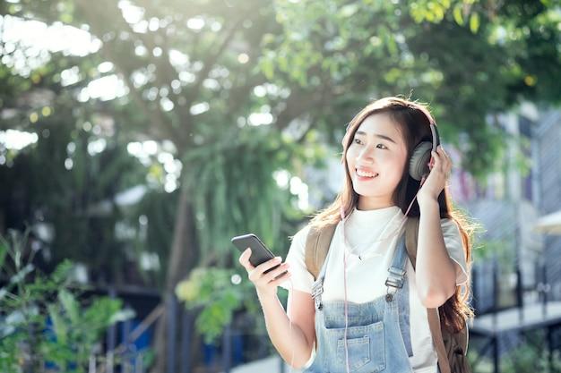 Zrelaksuj się z podróży i słuchaj muzyki.