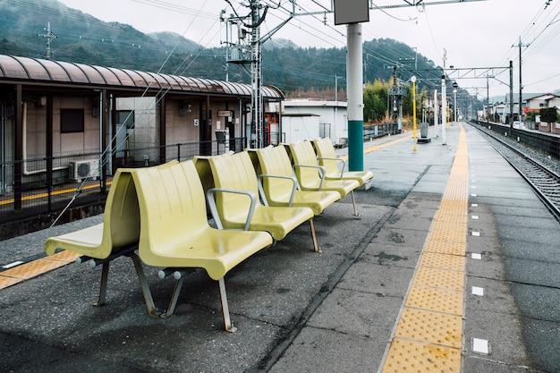 Zrelaksuj siedzenie na krześle na stacji kolejowej