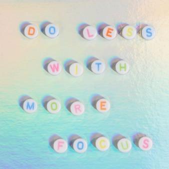 Zrób mniej z więcej focus koralikami typografia tekstowa