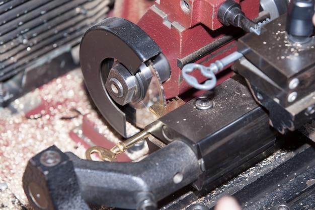 Zrób ślusarz z metalowym kluczem