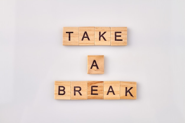 Zrób sobie przerwę tekst na kostkach na białym tle. czas na relaks i przerwanie pracy.