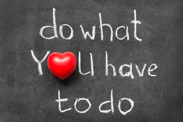 Zrób to, co musisz zrobić, fraza napisana odręcznie na tablicy z symbolem serca zamiast o