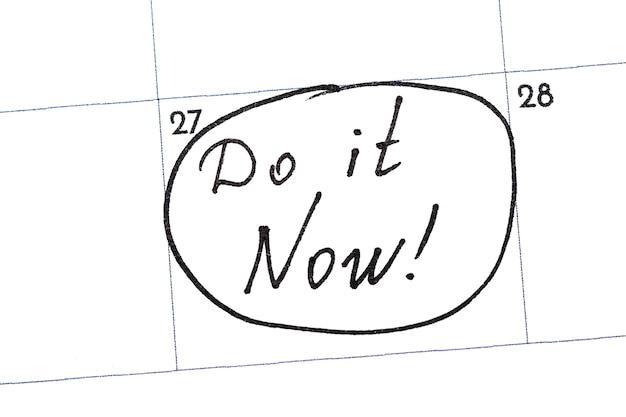 """""""zrób to teraz"""" to tekst napisany w kalendarzu czarnym markerem."""