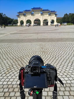 Zrób zdjęcie przy wejściu gate to the monument chiang kai shek memorial hall w tajpej