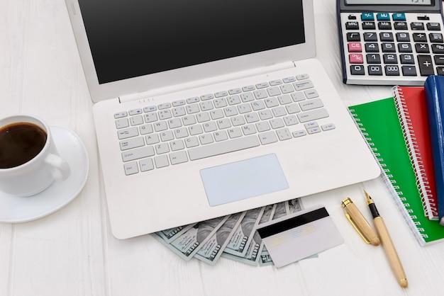 Zrobić pojęcie pieniędzy na stole z bliska