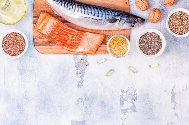Źródła omega 3 - makrela, łosoś, siemię lniane, nasiona konopi, chia, orzechy włoskie, olej lniany