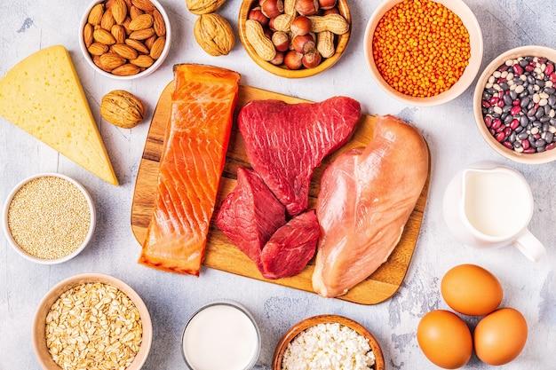 Źródła zdrowego białka - mięso, ryby, nabiał, orzechy, rośliny strączkowe i zboża.