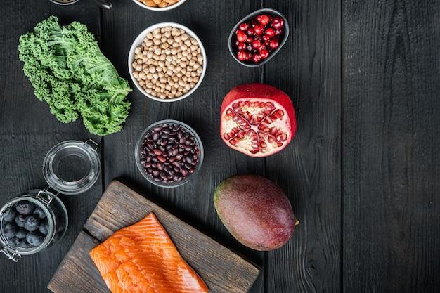 Zrównoważona dieta ekologiczna zdrowa żywność wybór czystego jedzenia, płasko leżał z miejscem na tekst, na czarnym drewnianym tle