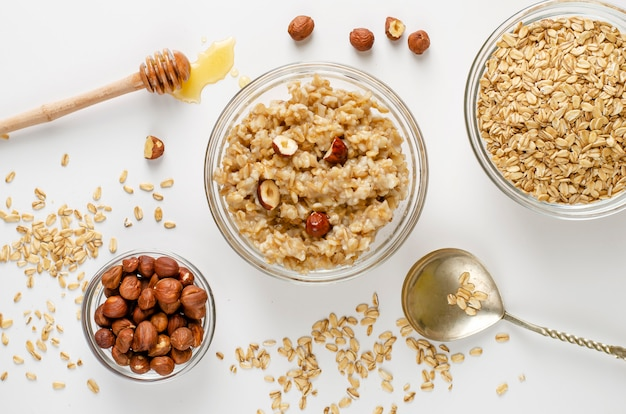 Zrównoważona dieta menu żywności na śniadanie z miską owsianki owsianej z orzechami laskowymi i miodem