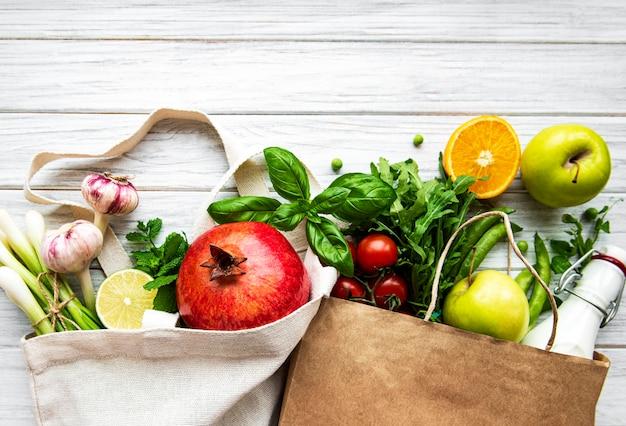 Zrównoważona koncepcja z warzywami i owocami w opakowaniach wielokrotnego użytku