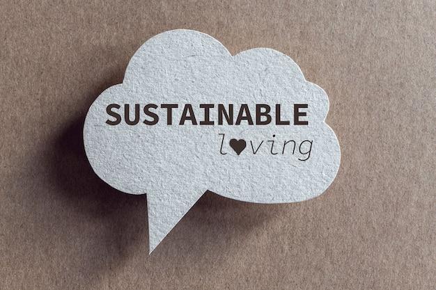Zrównoważona miłość napisana na dymku z tektury z recyklingu