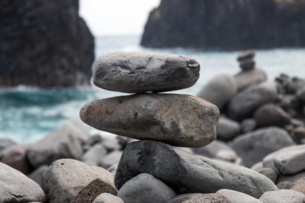 Zrównoważone kamienie na plaży