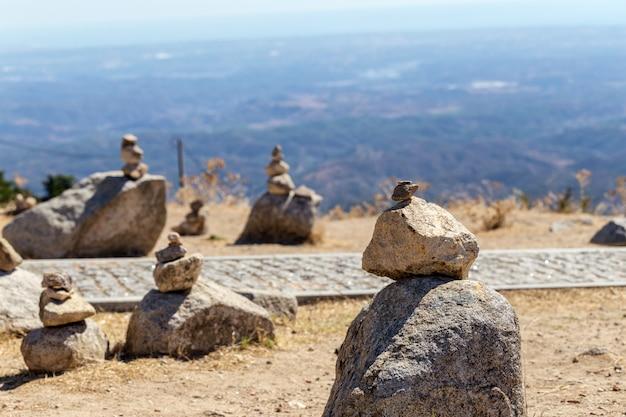 Zrównoważone kamienie stoją na wzgórzu na górze monchique. algarve portugal